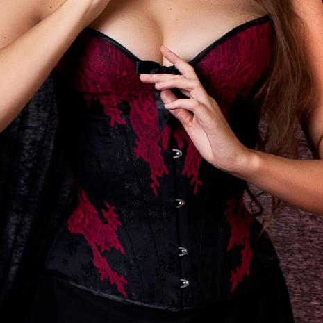 Corset goth romantique noir et rouge à dentelle